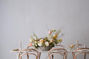 Tisch, der für die Hochzeit festlich dekoriert ist mit Blumen und Kerzen