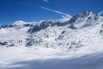 вид на склоны гор с горнолыжными трассами