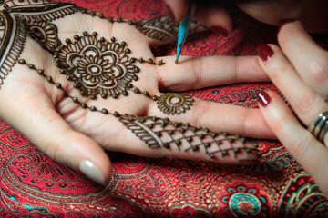 North America, USA, Washington. Indian Mehendi celebration.  Henna application and rituals. Hand.