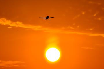 夕焼けの飛行機 未来への挑戦 A sunset airplane Challenge for the future
