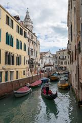 ベネチアの町並みとゴンドラのイメージ