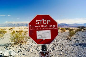 Hitzegefahr Warnschild in der Wüste Death Valley