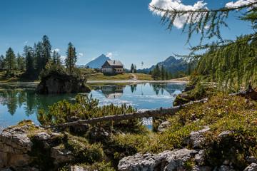 Lago di Federa wunderschöner Bergsee in der Nähe von Cortina d'Ampezzo_002