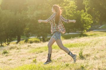Free Happy Woman Enjoying sun. Beautyful Girl Outdoor