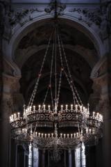 Schöner Kronleuchter mit Kristalllen und Beleuchtung_002