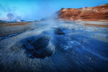 Am Anfang der Zeit. Schlammquellen in einem Geothermalfeld in Island im Sonnenaufgang_002