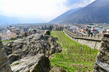 イタリアとスイスのチェントヴァッリ鉄道と教会