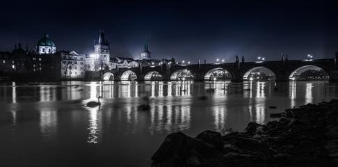 Die Brücken von Prag über die Moldau unter den Lichtern der Stadt. Prag in der Tschechischen Republik_004