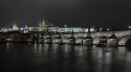 Die Brücken von Prag über die Moldau unter den Lichtern der Stadt. Prag in der Tschechischen Republik_003