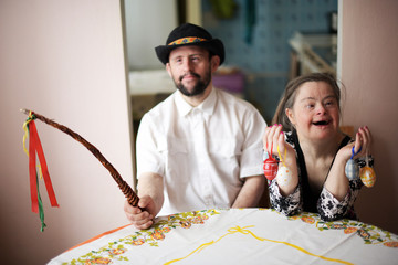 Down syndrome couple. Pâques.