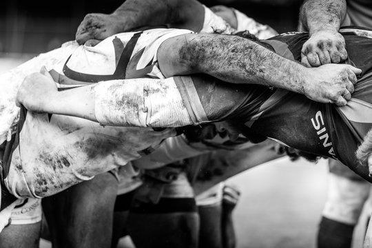 Mêlée de rugby à XV en noir et blanc