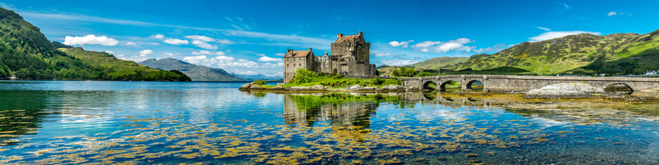 Foto op Aluminium Historisch geb. Eilean Donan Castle during a warm summer day - Dornie, Scotland
