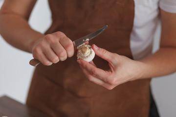 Woman peelin champignon