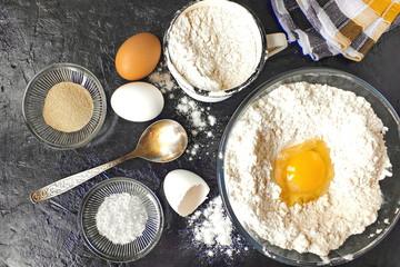 Ингредиенты для дрожжевого теста. Мука, яйца, дрожжи, соль.