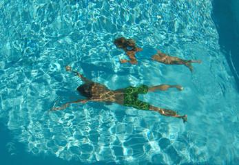 bambini che si divertono sott'acqua