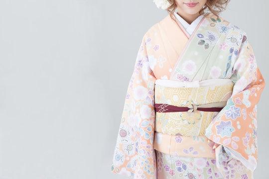 着物の若い日本人女性