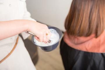 カラー剤を混ぜる美容師