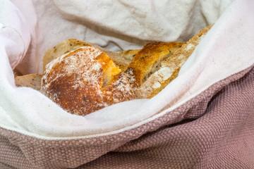 tranches de pain dans une panière en tissu
