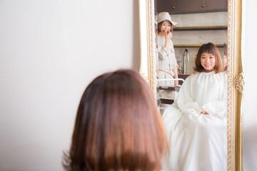 美容室で鏡を見る女性