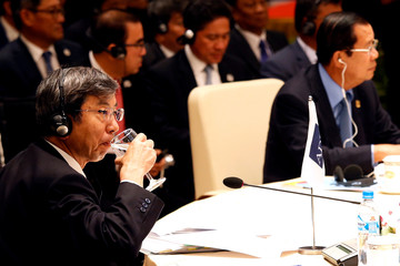 President of the Asian Development Bank Takehiko Nakao drinks nex to Cambodia's Prime Minister Hun Sen at the 10th Cambodia-Laos-Vietnam summit as part of the Greater Mekong Subregion Summit in Hanoi