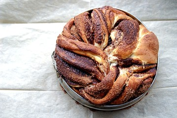 Twisted yeast pie with cinnamon and cacao filling