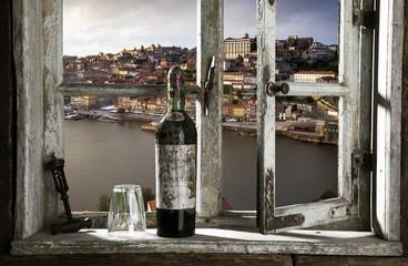 Blick durch ein Fenster auf Porto, Portugal