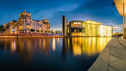 Foto op Canvas Berlijn Reichstag und Regierungsviertel in Berlin an einem Abend im Sommer