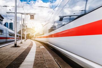 In de dag Spoorlijn Züge in Bewegung am Frankfurter Bahnhof