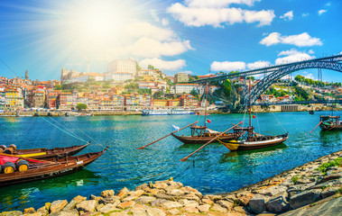 Dom Luis I bridge and traditional boats on Rio Douro river in Porto, Portugal Fototapete
