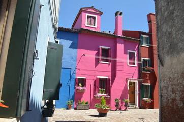 Burano, kolorowe domy na wyspie w lagunie weneckiej