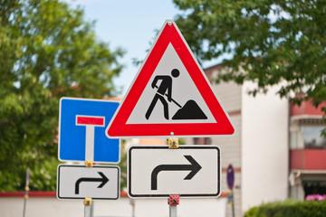 Verkehrsschild Baustelle und Sackgasse mit Zusatzschild - für Rechtsabbieger