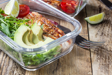 Foto auf Gartenposter Sortiment Healthy meal prep containers with rukola, turkey grill, tomatoes and avocado