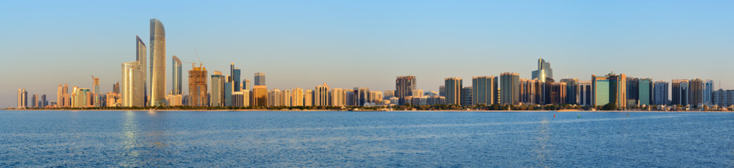 Photo sur Aluminium Abou Dabi Abu Dhabi cityline at sunset