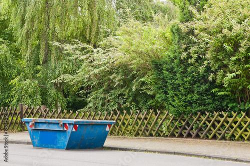 Ein Kleiner Blauer Container Steht Auf Der Strasse Vor Einem