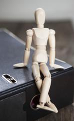 mannequin en bois assis sur une farde de travail