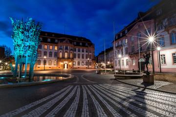Fastnachtsfigur des tanzenden Bajazz auf dem beleuchteten Schillerplatz vor dem Fastnachtsbrunnen in Mainz
