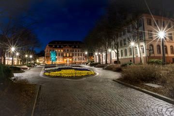 Blumenbeet auf dem beleuchteten Schillerplatz in Mainz