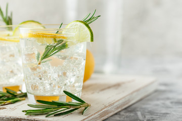 Cooling alcoholic or non-alcoholic cocktail with lemon