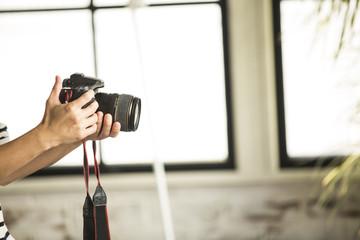 カメラを構えている手元のアップ