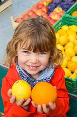 enfant choisissant des agrumes
