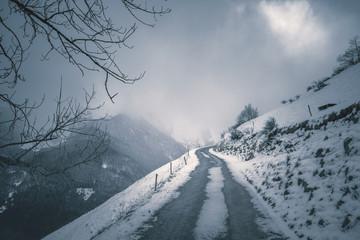 Route de montagne en hiver par temps brumeux