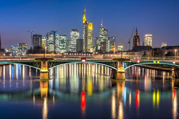 Die Skyline von Frankfurt am Main im Abendlicht vom Main aus gesehen