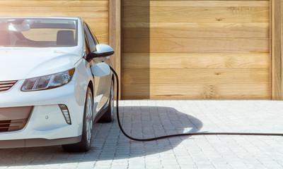 Modernes Elektroauto zu Hause Strom tanken frontal