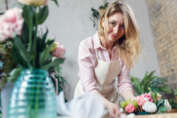 Picture of florist making bouquet at table