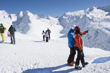 skifahrer gucken in die ferne  ein gletscher