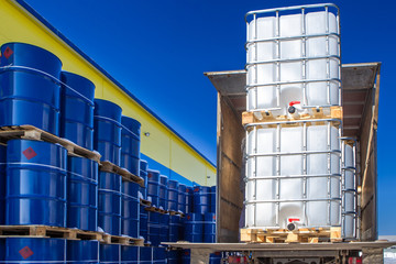 Discharge of plastic barrels. Barrels with a metal frame. Chemical industry. Barrels for chemicals. Manufacture of chemicals.