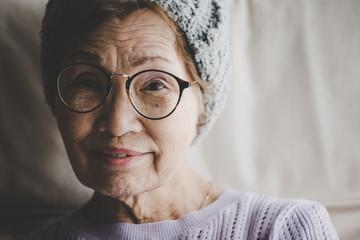 眼鏡をかけた高齢者