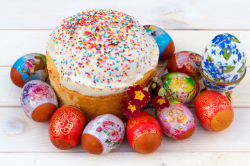 Easter decoration with spring flowers, eggs and cake.