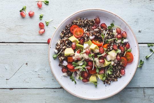 Salade d'été au Quinoa, Tomates, Avocat, Graines Germées et Sauce Tahini. Salade Végétarienne