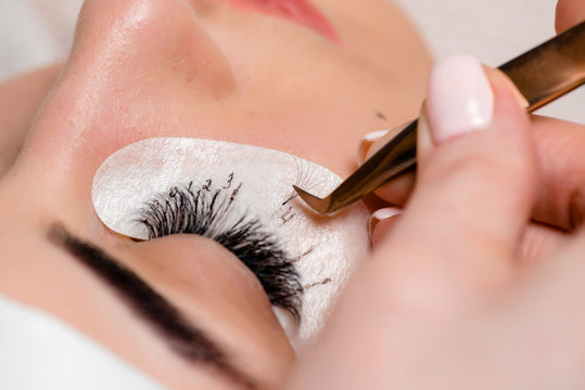Eyelash extensions in the beauty salon. Training and marking.